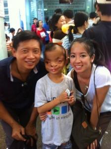 Anne et Thai avec un petit garçon vietnamien