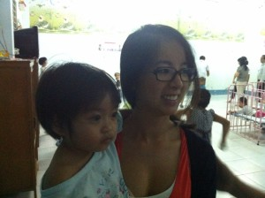 Anne avec une petite fille vietnamienne