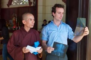 Dr Edouard SABOURDY au côté d'un moine bouddhiste